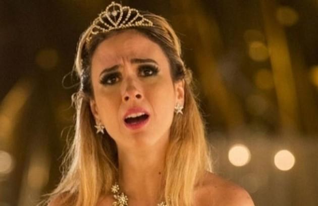 Filha de Aparício (Alexandre Borges) e Teodora (Grace Gianoukas) criada com luxos, Fedora (Tatá Werneck) faz um escândalo após ficar insatisfeita com a organização da sua festa de aniversário (Foto: TV Globo)