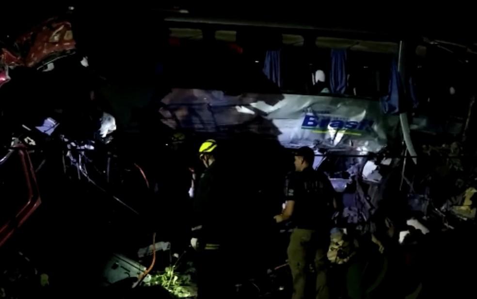 Policiais e bombeiros trabalham no local do acidente na BR-153, próximo a Porangatu, em Goiás — Foto: Marcos Carvalho/TV Anhanguera