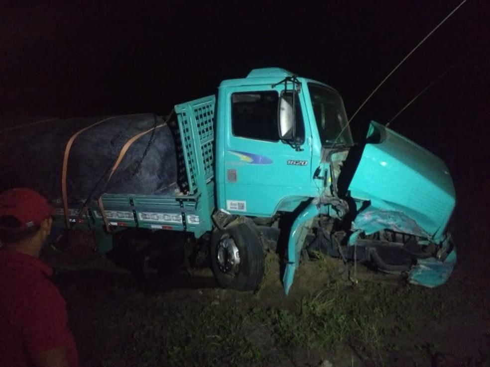 Acidente entre caminhão e carro de passeio deixou dois feridos na BR-230, em Campina Grande — Foto: Mário Aguiar/TV Paraíba