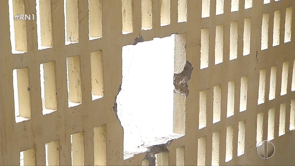 Bandidos abriram buraco em uma das paredes do prédio  (Foto: Reprodução/Inter TV Costa Branca )