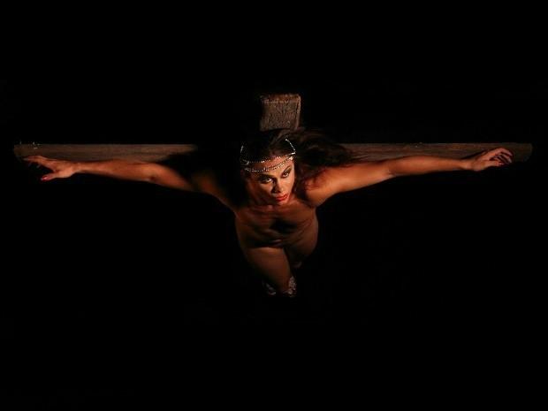 Uma das imagens do translendário 2013 mostra a crucificação (Foto: Divulgação)