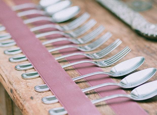 Com fitas presas à mesa, os talheres ficam organizados de uma maneira delicada (Foto: Tati Abreu/Editora Globo)