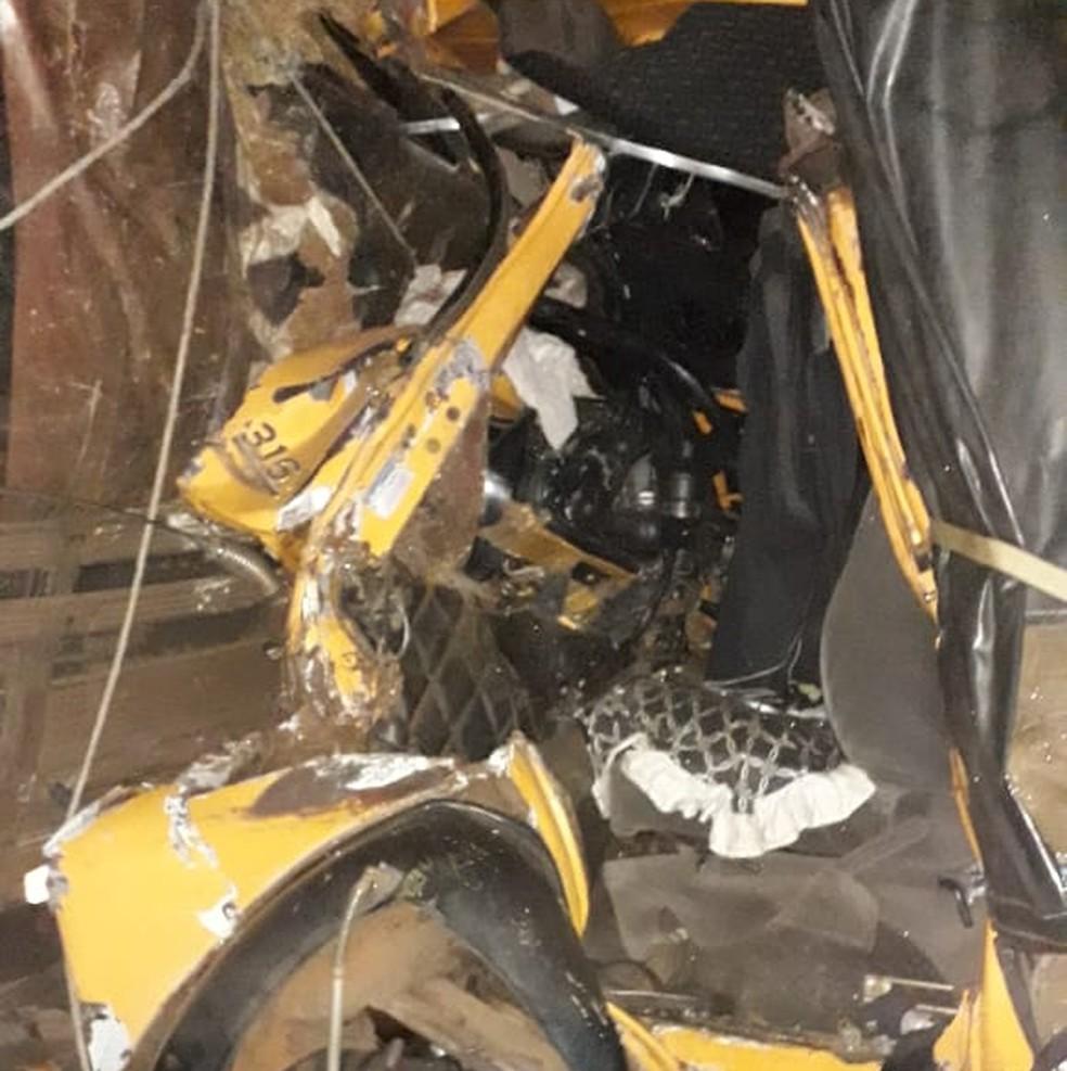 Cabine do veículo ficou totalmente destruída após a colisão em Salto Grande  — Foto: The Brothers / Divulgação