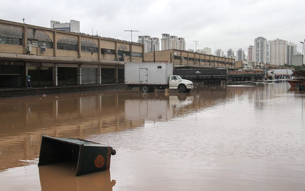 Chuva causa alagamento no Ceagesp (Companhia de Entrepostos e Armazéns de São Paulo), na zona oeste de São Paulo, SP, na manhã desta sexta-feira (11) — Foto: Edno Luan/Futura Press/Estadão Conteúdo