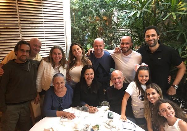 Bochet com a família reunida em foto publicada por Veruska em maio de 2018 (Foto: Reprodução)
