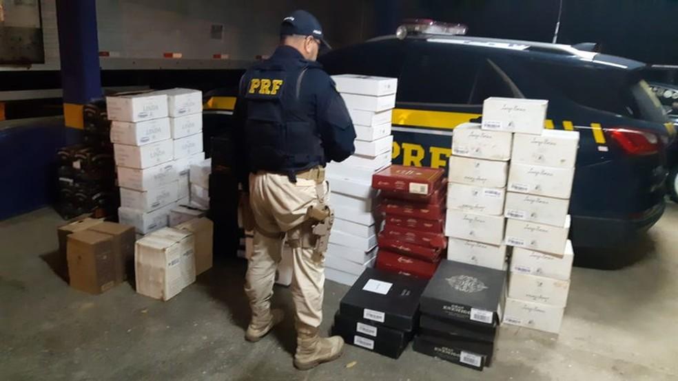 Homem é detido com 585 garrafas de vinhos importados na Dutra — Foto: Divulgação/ PRF