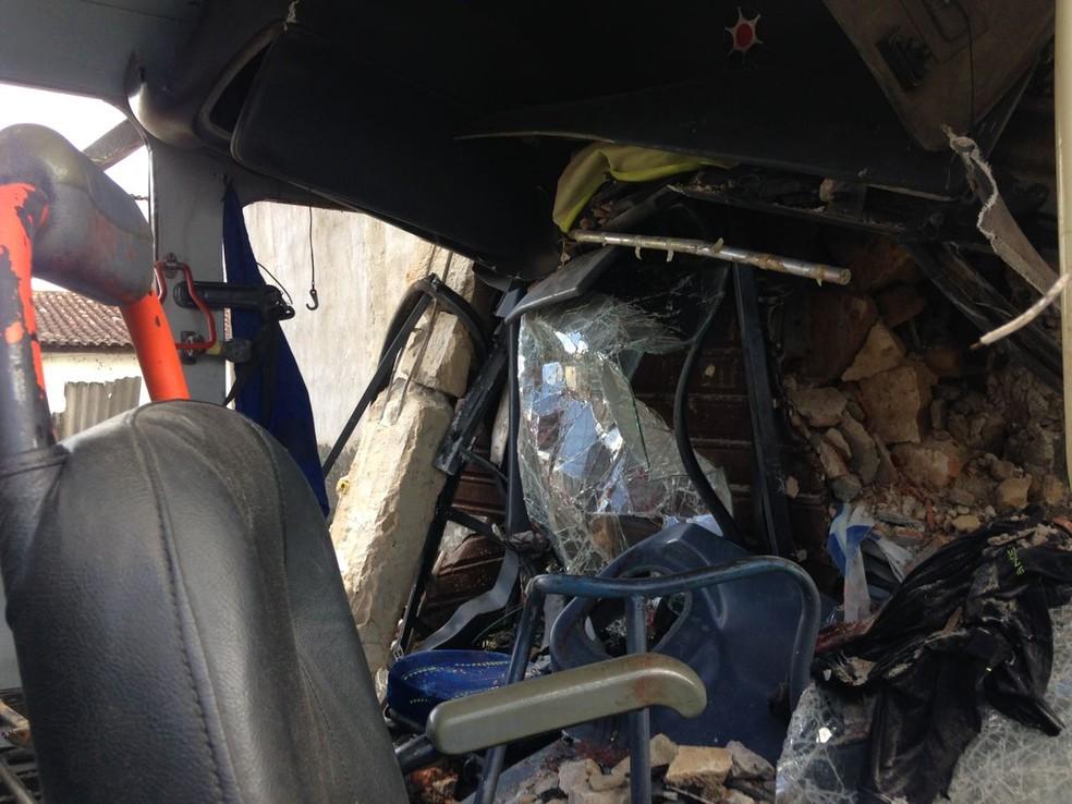 Parte da frente do ônibus foi a que ficou mais destruída com a colisão (Foto: Natália Normande/G1)