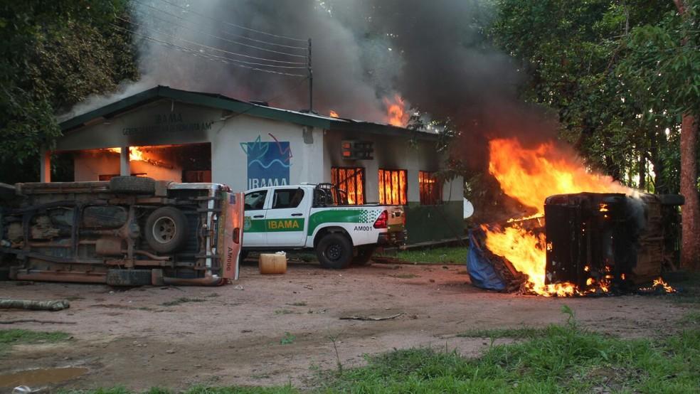 Sede do Ibama em Humaitá foi incendiada por grupo (Foto: Raolin Magalhães/Rede Amazônica)