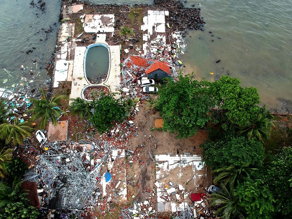 Imagem aérea mostra parte da destruição causada por tsunami na praia de Carita, na Indonésia  — Foto: Azwar Ipank / AFP