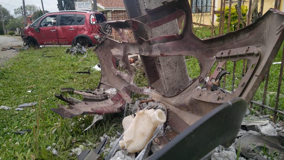 Adolescente invade terreno de casa, em Curitiba, com carro que dirigia - Notícias - Plantão Diário