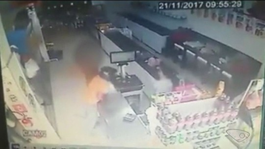 Veja imagens de assalto a açougue