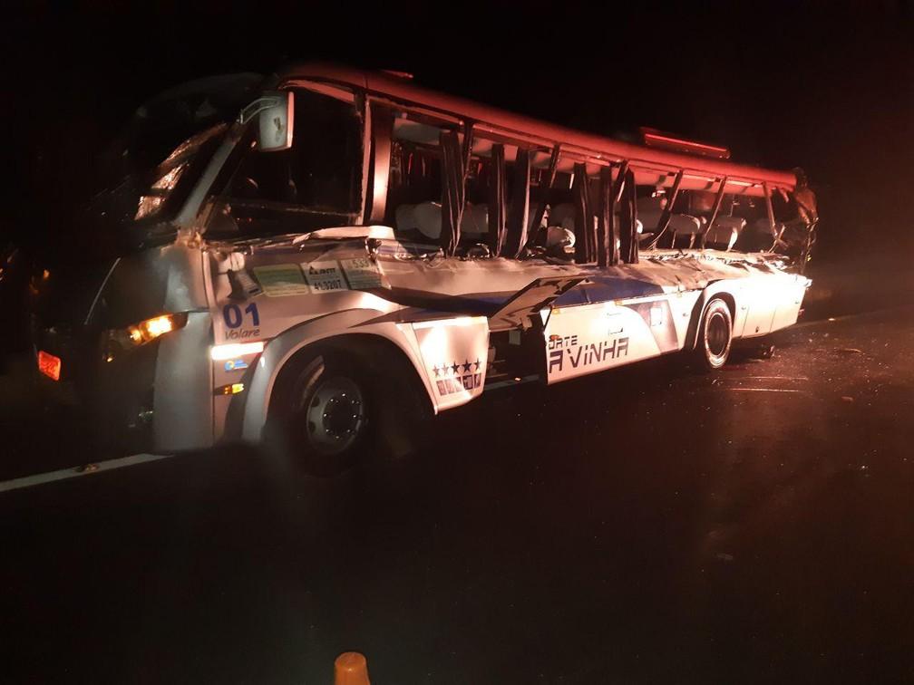 Micro-ônibus que se acidentou em Guarapuava transportava estudantes, de acordo com a PRF — Foto: PRF/Divulgação