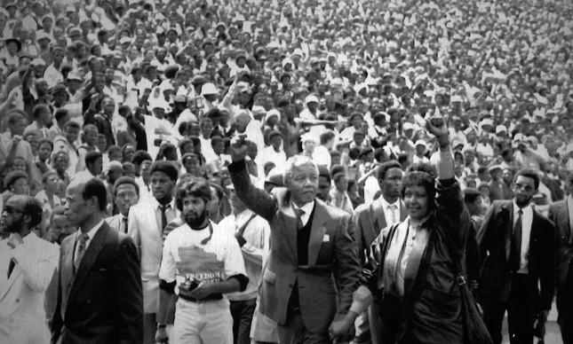 Mandela e Winnie fazem a saudação black power no estádio de Soweto, junto a 120 mil pessoas