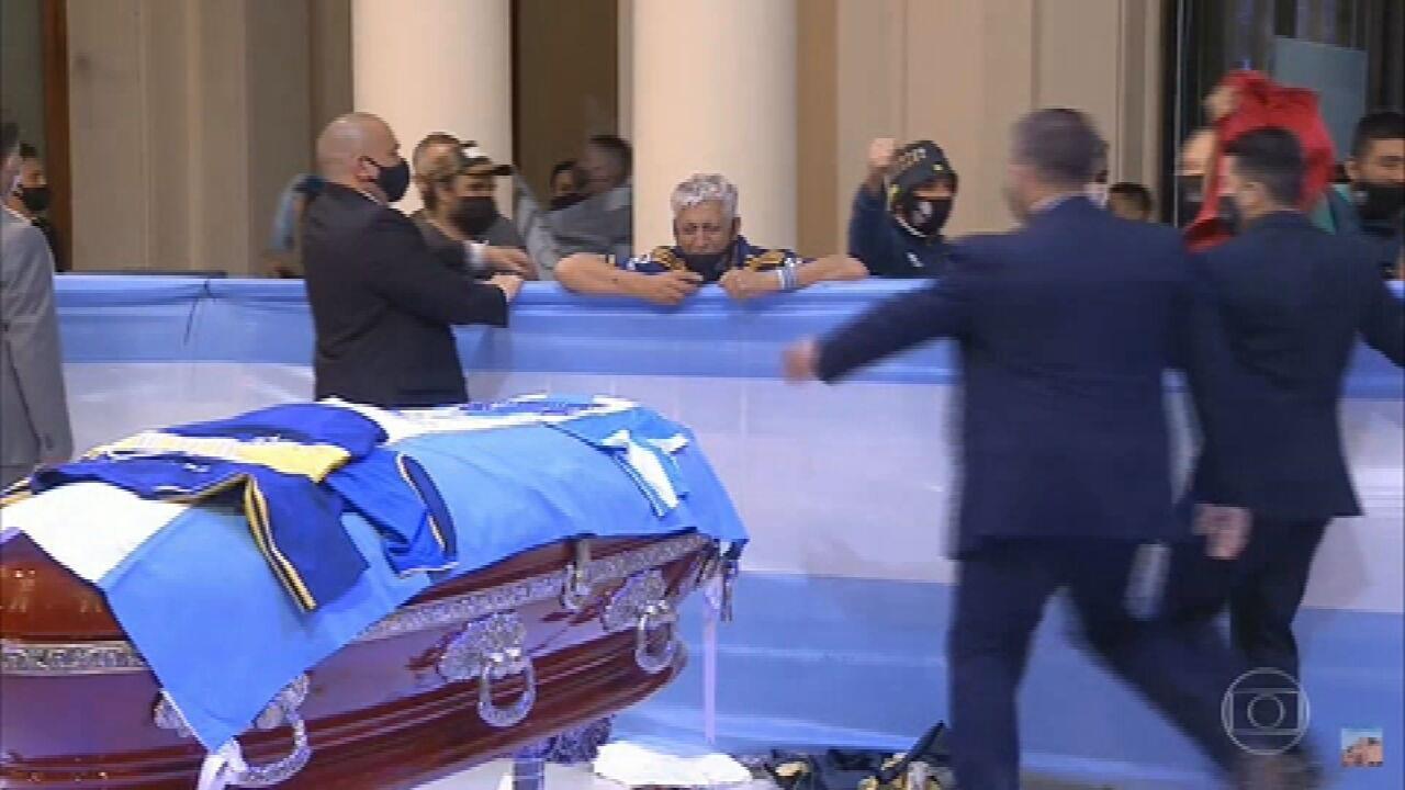 O adeus a Maradona: argentinos homenageiam ídolo; médico particular do jogador é investigado