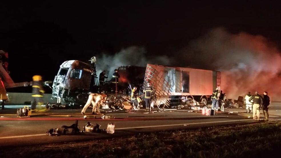 Segundo os bombeiros, combate ao fogo durou três horas durante a madrugada desta quarta-feira. — Foto: Tony Mattoso/RPC