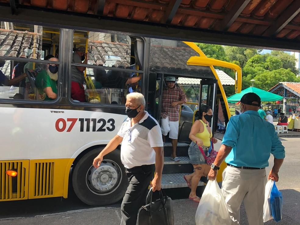 ônibus e terminais tiveram intenso movimento em Manaus na manhã desta segunda-feira — Foto: Rebeca Beatriz