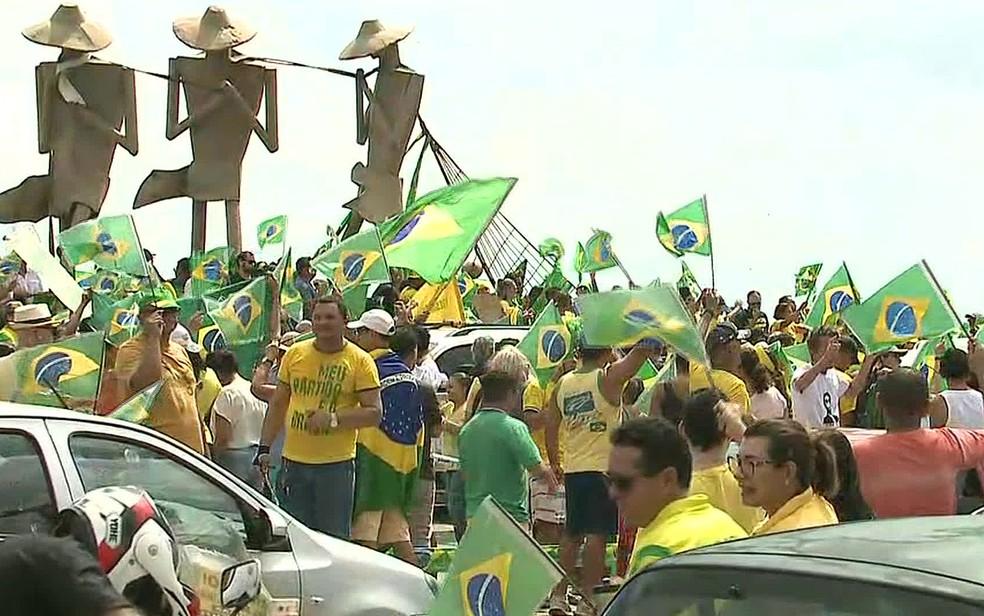 São Luís, 10h20: Manifestantes pró-Bolsonaro se reúnem na Avenida Litorânea — Foto: Reprodução/GloboNews
