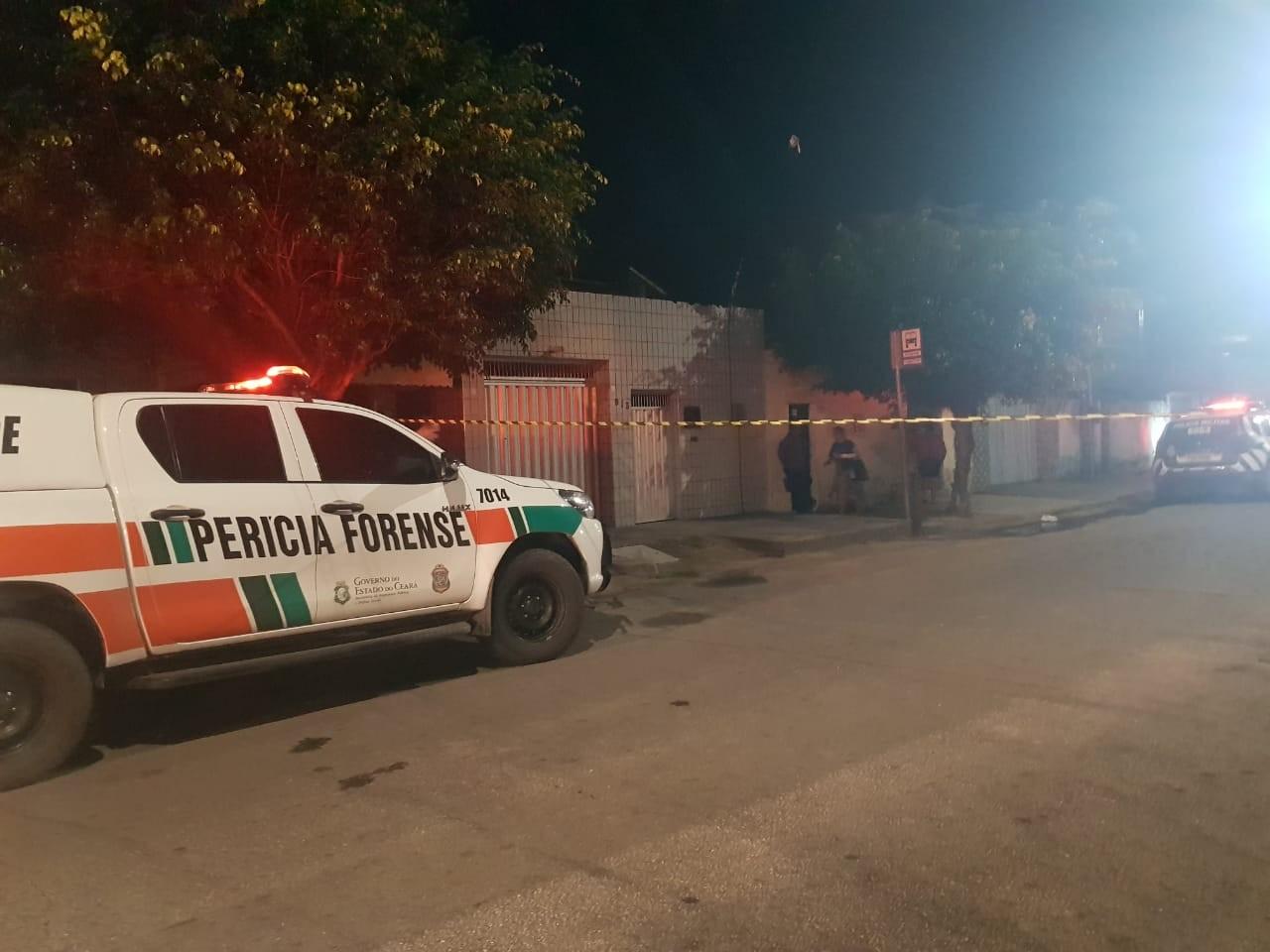 Homem é morto a tiros em frente lanchonete em Fortaleza