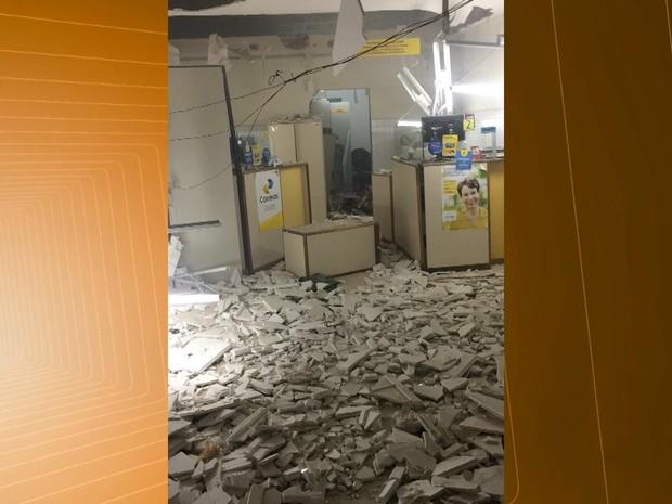 Estrutura dos Correios de Caraúbas ficou destruída após a explosão (Foto: Reprodução/TV Paraíba)