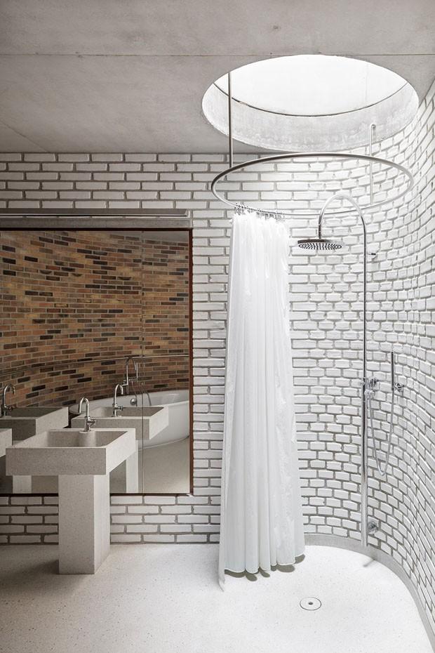 Décor do dia: banheiro todo branco com tijolinhos a vista (Foto: Stijn Bollaert)