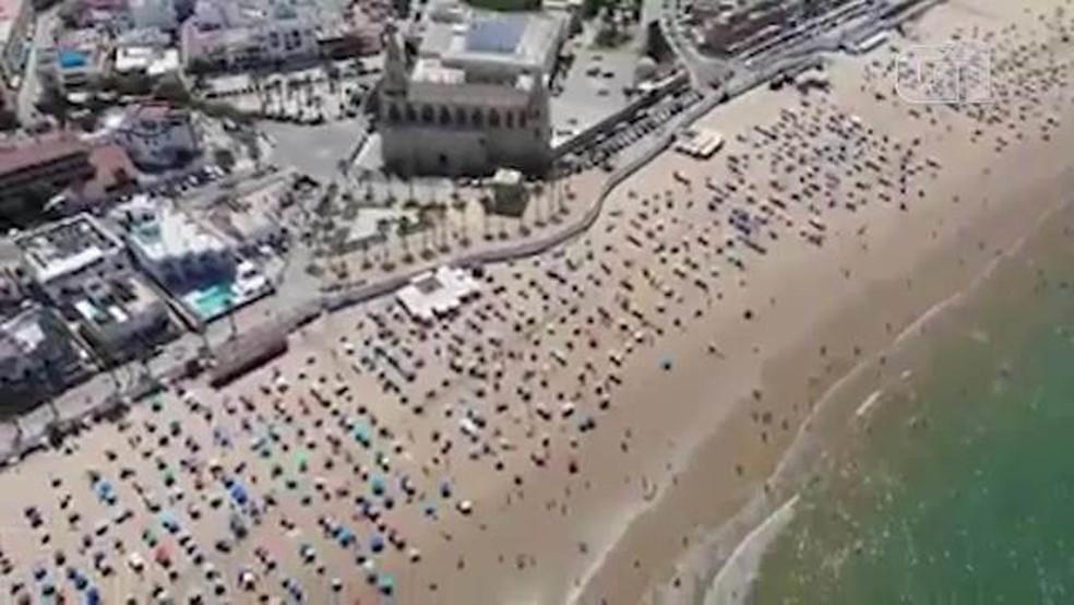 Imagem aérea mostra organização dos banhistas na praia — Foto: Polícia de Chipiona/Reprodução
