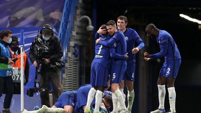 Jogadores do Chelsea celebram segundo gol: time perdeu grandes chances de matar o jogo antes
