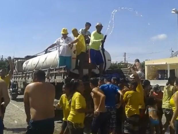 Carro-pipa foi usado durante festa da vitória em eleição, na PB  (Foto: Reprodução/TV Paraíba)