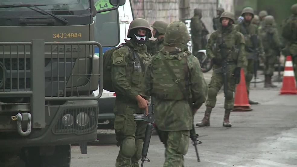 Militares fazem operação no Rio de Janeiro na manhã desta terça-feira (20) (Foto: Reprodução/ TV Globo)