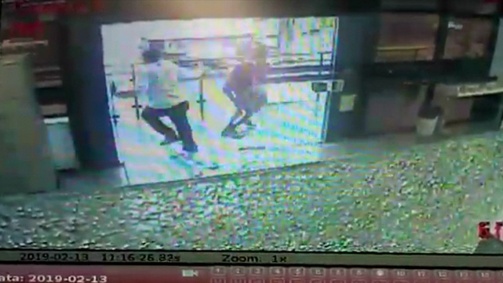 Tiroteio em assalto a carro-forte no Recife deixou vigilante morto  — Foto: Reprodução/TV Globo