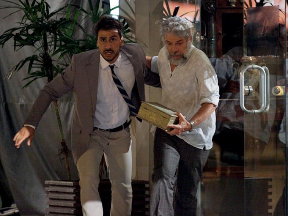 Enzo e Pereirinha se assustam com alarme — Foto: Globo