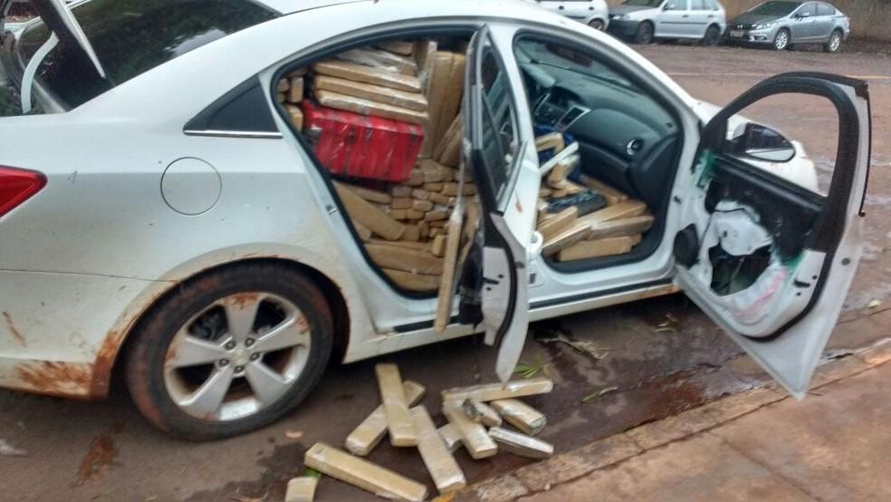 Carro furtado em GO foi recuperado lotado de maconha  (Foto: Divulgação)