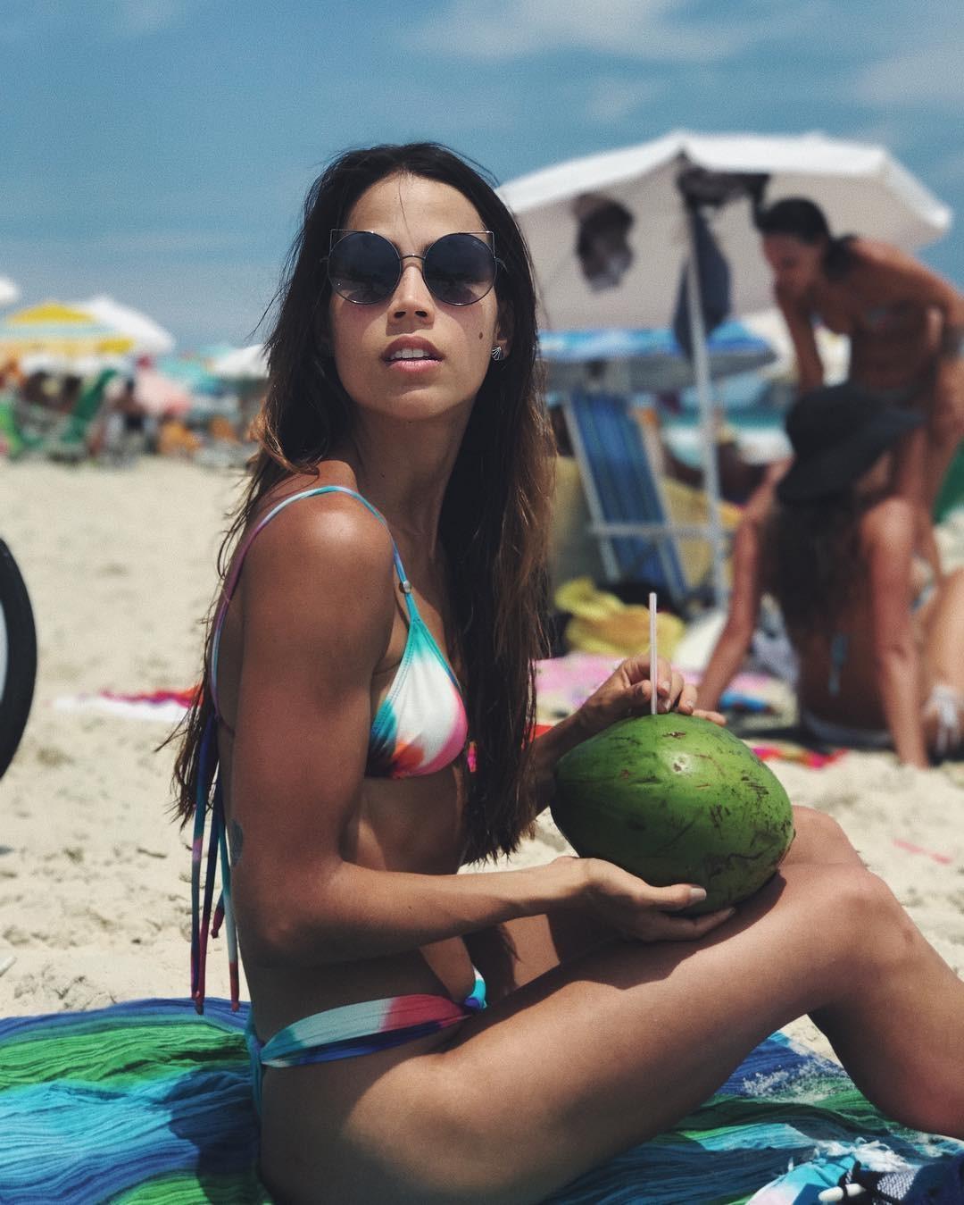 Pérola Faria mata saudade da praia (Foto: Reprodução/Instagram)