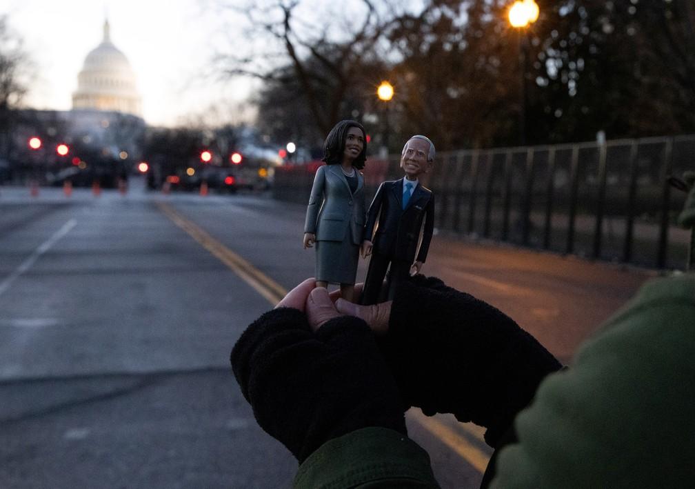 Miniaturas de Joe Biden e Kamala Harris em Washington no dia da posse presidencial, nesta quarta-feira (20) — Foto: Caitlin Ochs/Reuters