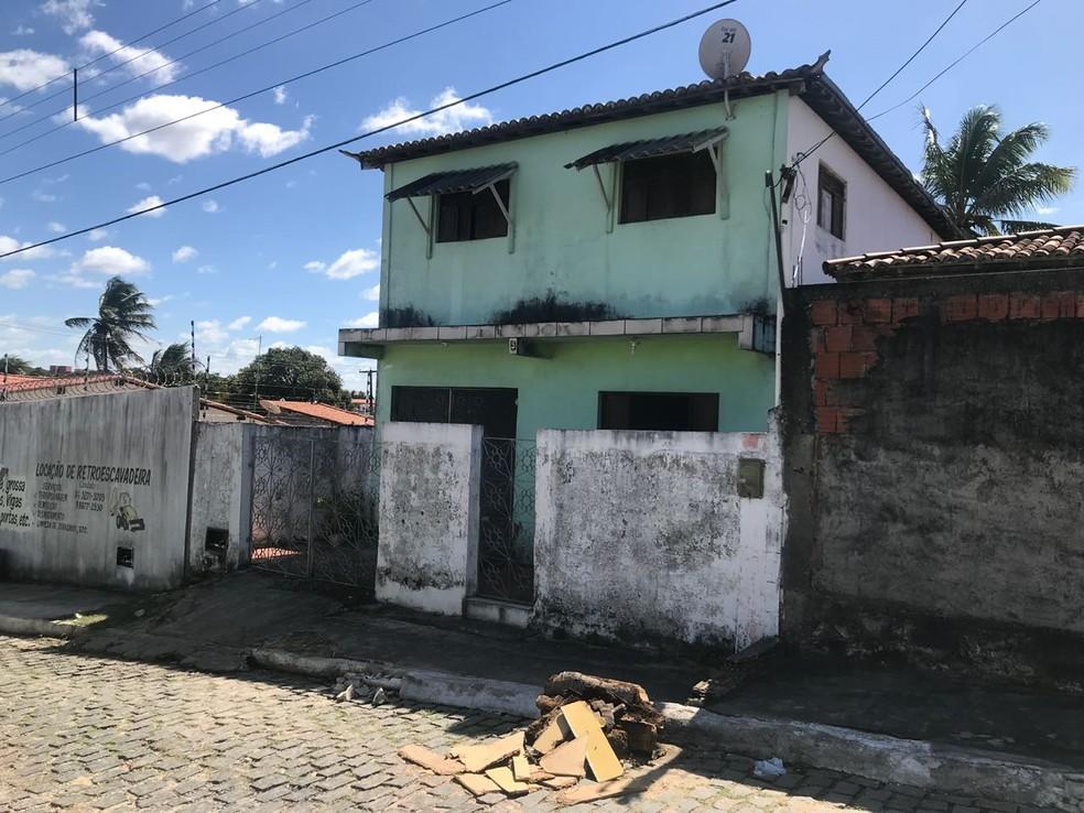 Troca de tiros aconteceu dentro da casa em que morava o suspeito, em Macaíba (Foto: Clayton Carvalho/Inter TV Cabugi)