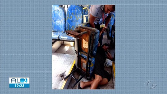 'Quando eu me levantei a cadeira veio com tudo', conta aposentada que caiu de assento solto em ônibus em Maceió