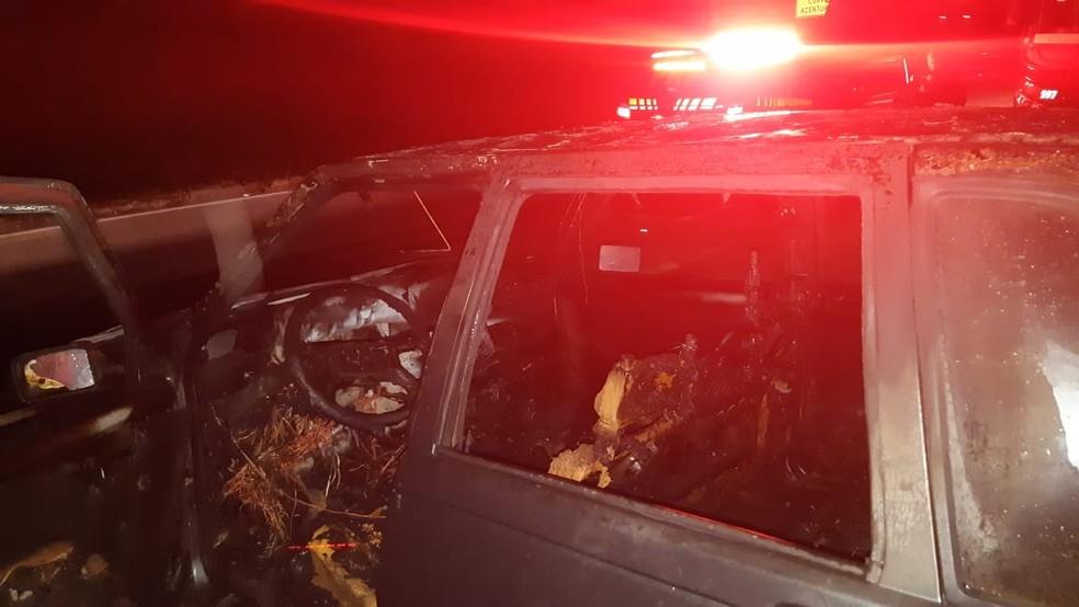 Carro em chamas é abandonado no acesso à Via Dutra, em Barra Mansa — Foto: Divulgação/PRF