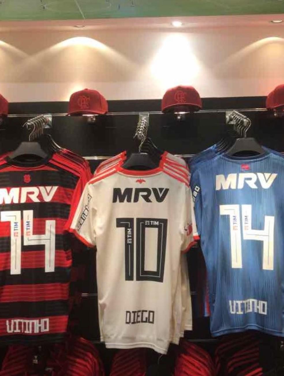 Camisas com o nome de Vitinho à venda (Foto: Reprodução)