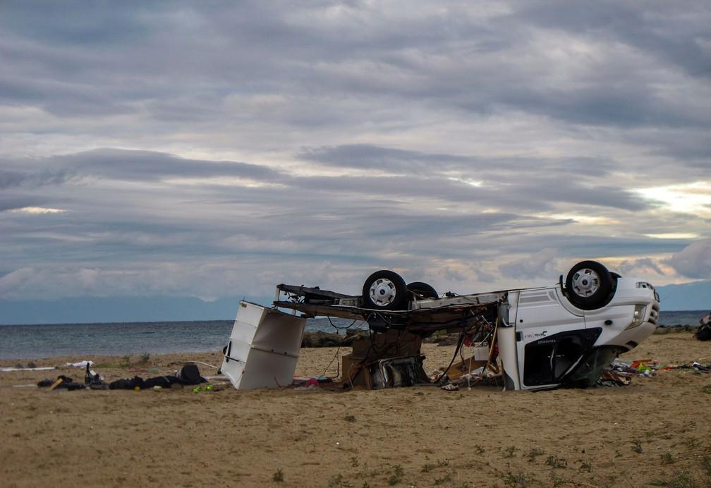 Carro fica danificado na passagem de tornado em praia de Sozopoli, a região de Halkidiki, na Grécia  — Foto: Giannis Moisiadis/InTime News via AP