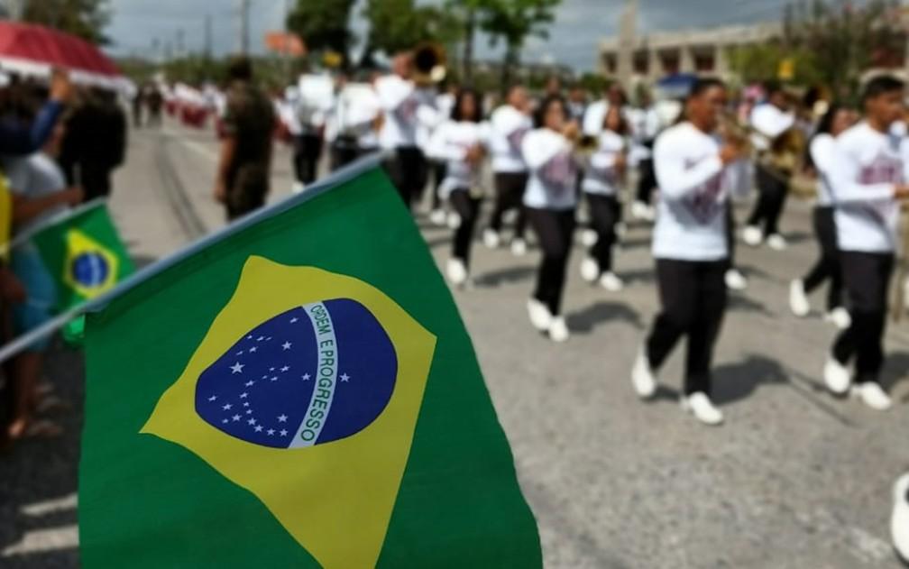Público leva bandeiras do Brasil para desfile do 7 de setembro, na Zona Sul do Recife (Foto: Wanessa Andrade/GloboNews)