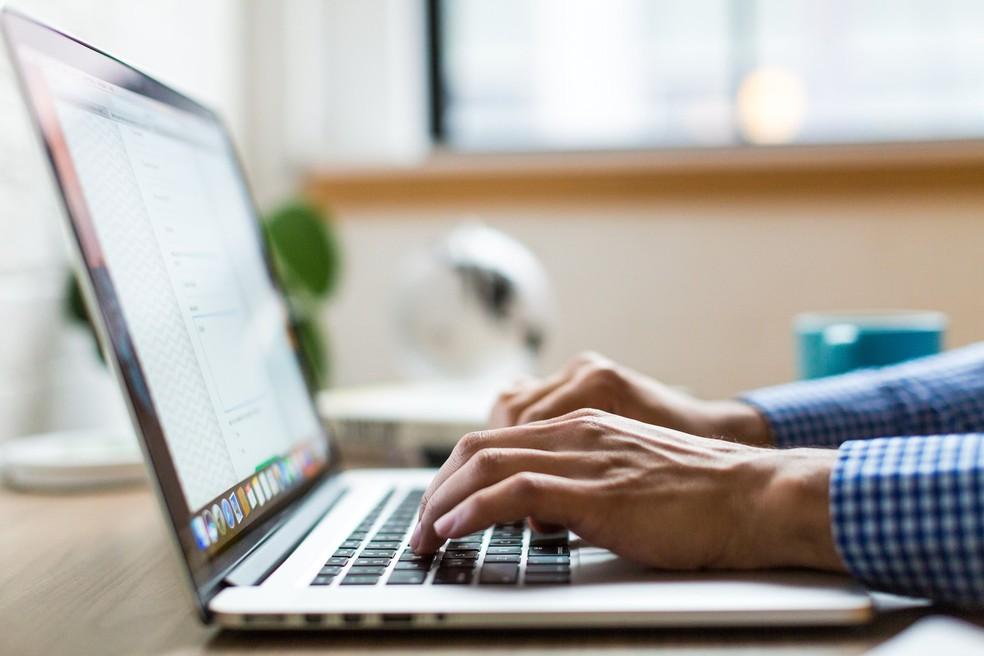 hands typing on laptop 4460x4460 - 13 Ferramentas Para Home Office No Coronavírus