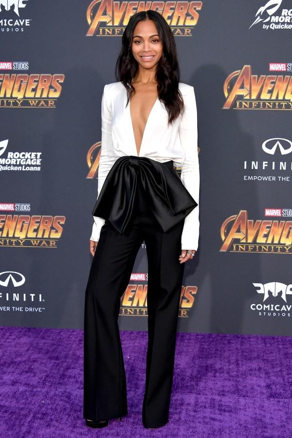 Zoe Saldana de macacão Givenchy em look p&b combinado com cabelos soltos e maquiagem neutra. A atriz preferiu deixar o colo nu, mas optou por anéis diversos nos dedos. (Foto: Getty Images)