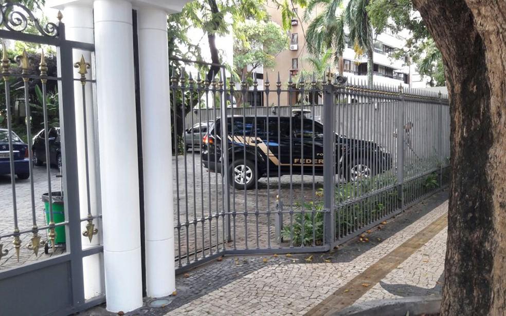 Viatura da PF no apartamento de Wagner em Salvador (Foto: Vanderson Nascimento/ TV Bahia)