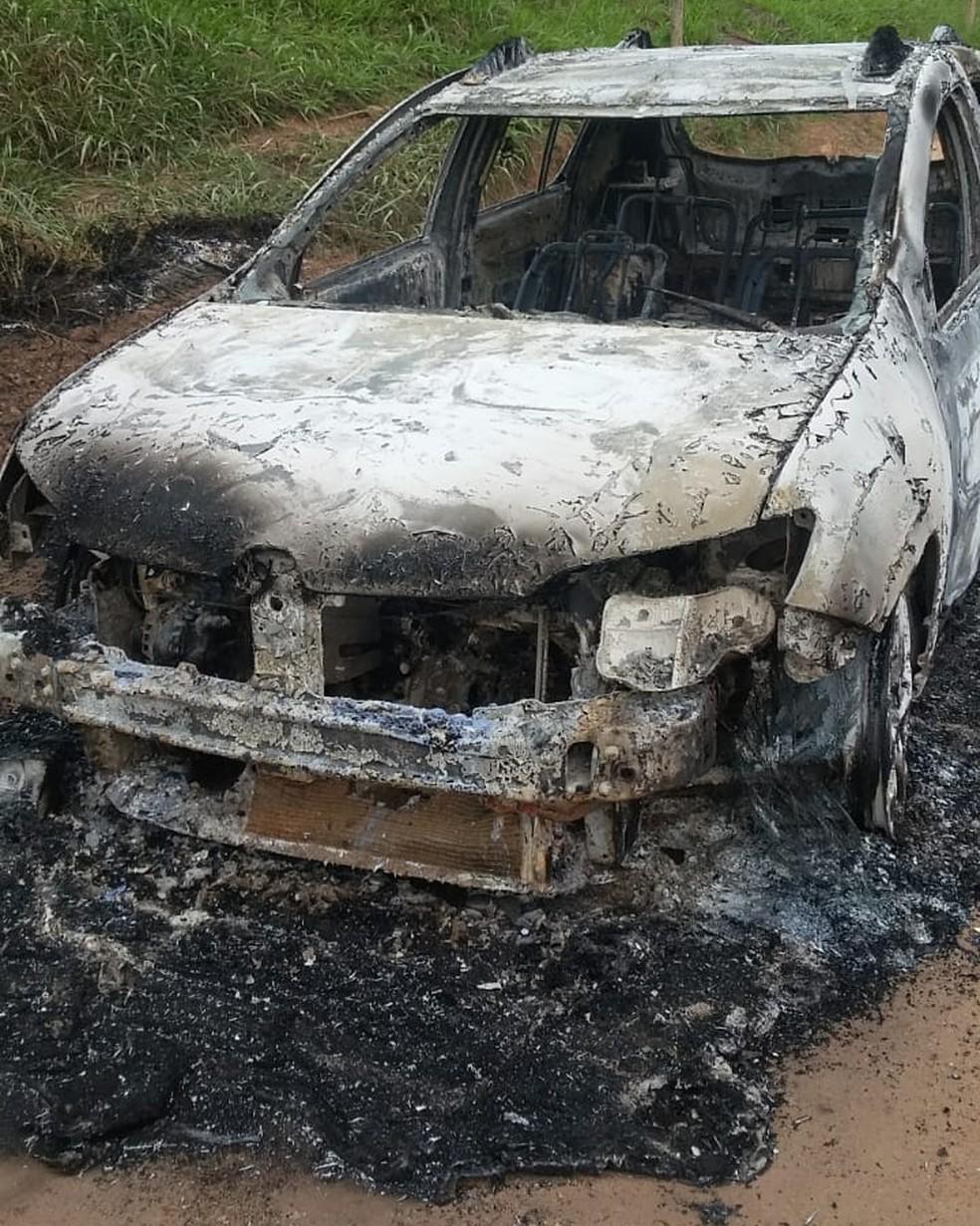 Carro utilizado pelos bandidos foi abandonado incendiado em Catuji — Foto: Polícia Militar/Divulgação