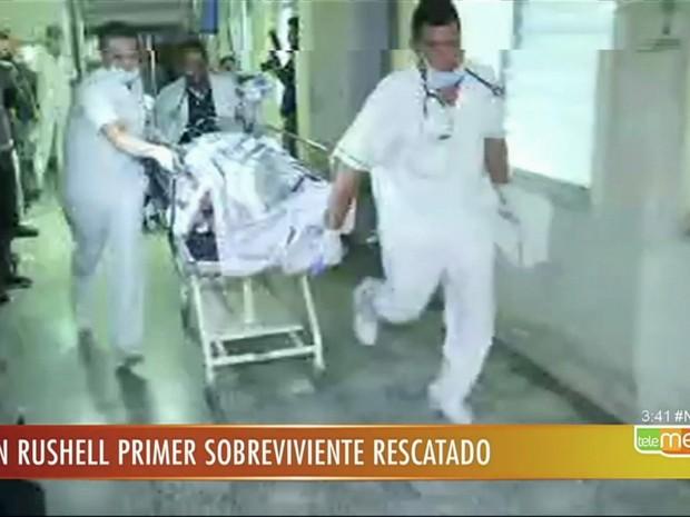 Ferido em queda de avião da Chapecoense é atendido em hospital na Colômbia (Foto: Reprodução/TV Globo)