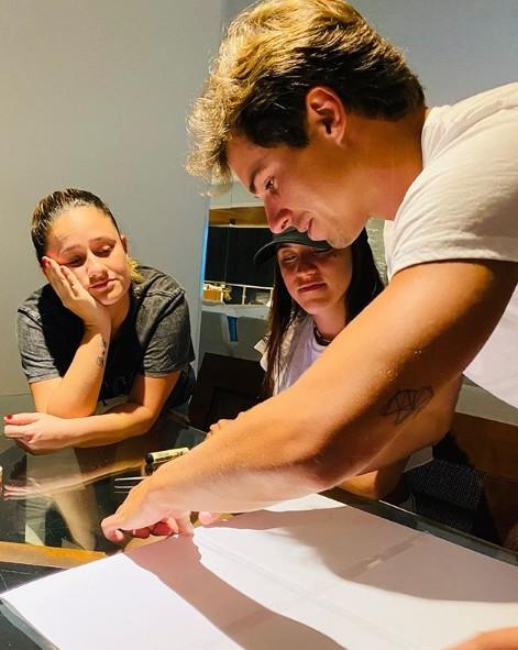 Igor Carvalho preparando o cartaz para Manu Gavassi (Foto: Reprodução)