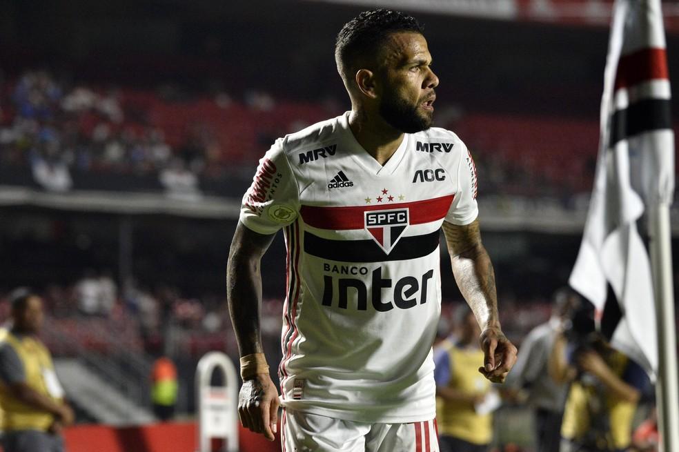Daniel Alves durante empate do São Paulo com o CSA — Foto: Marcos Ribolli