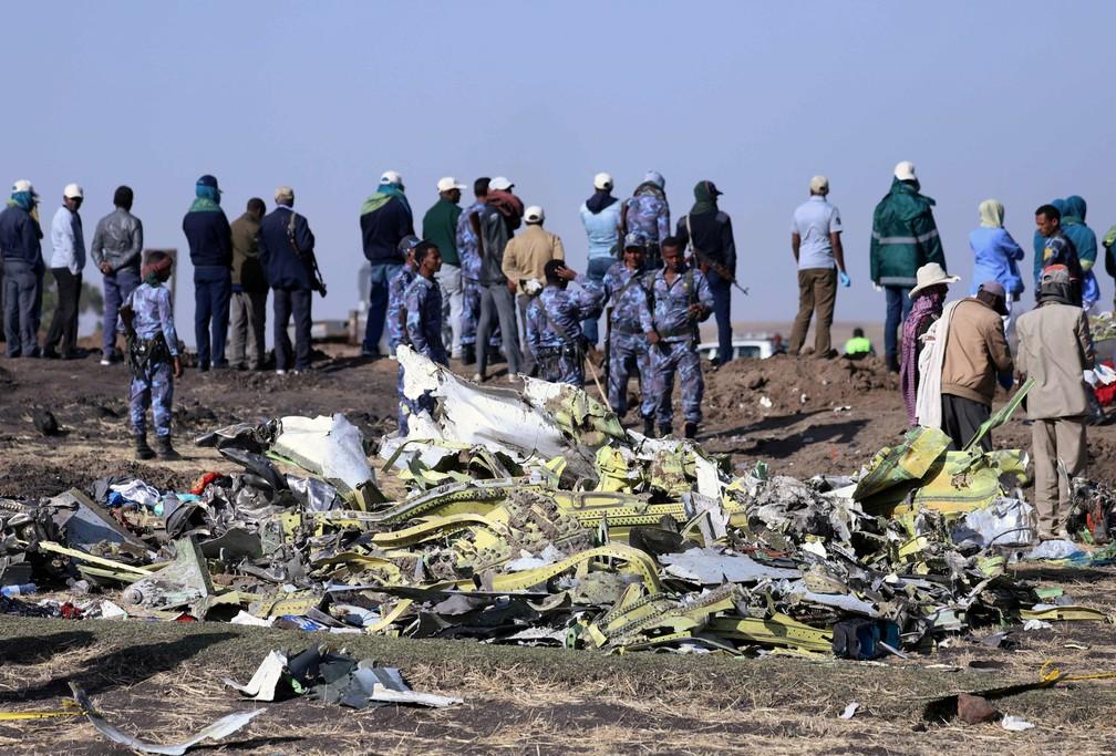 Agentes da polícia federal da Etiópia trabalham no local onde o avião do voo ET 302 da Ethiopian Airlines caiu, perto da cidade de Bishoftu, perto da capital Addis Abada — Foto: Tiksa Negeri/Reuters