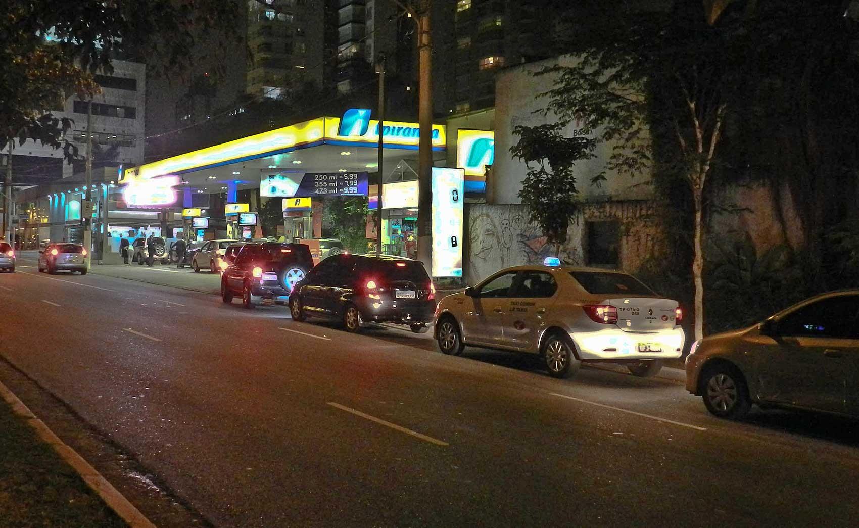 Risco de desabastecimento provoca corrida aos postos de combustíveis em São Paulo