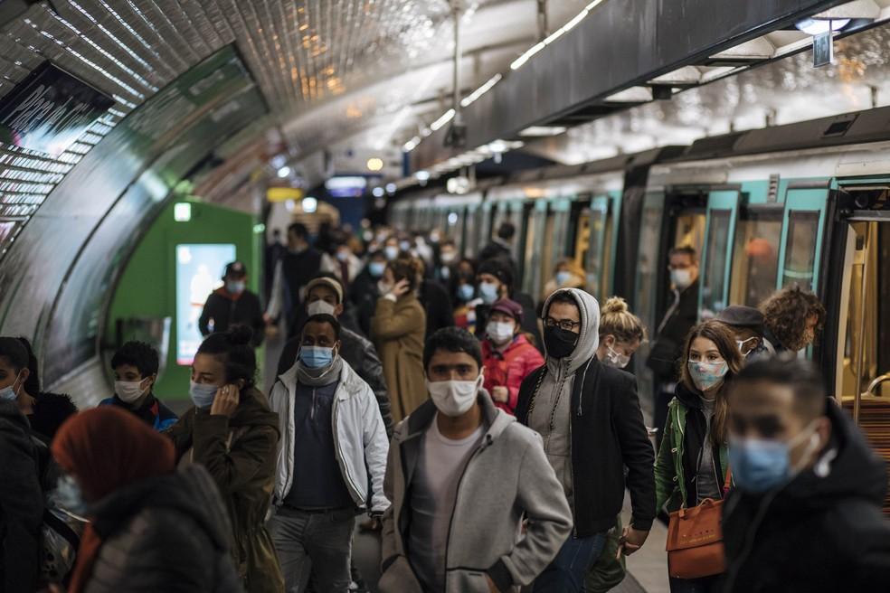 Passageiros do metrô de Paris vestem máscaras de proteção para o coronavírus em foto de 25 de outubro — Foto: Lewis Joly/AP