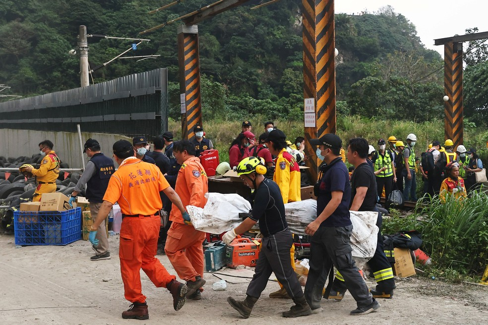 Trabalhadores de resgate levam um corpo de uma das vítimas do acidente de um descarrilamento de trem em Taiwan, em 2 de abril de 2021 — Foto: Ann Wang/Reuters